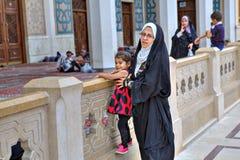母亲走与她的小女儿在清真寺庭院里  免版税库存图片
