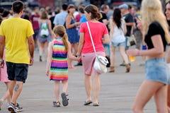 母亲采取他的女儿的手在小谎(Festival Internacional de Benicassim) 2013年节日 库存图片