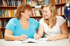 母亲青少年的实习教师 免版税图库摄影