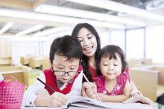 母亲鼓励子项是创造性的 免版税库存图片