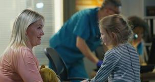 母亲鼓励的女儿在医院 影视素材