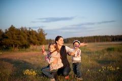 母亲,孩子,男孩,女孩,兄弟,姐妹,爱,喜悦,家庭,妇女 免版税库存图片