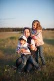 母亲,孩子,男孩,女孩,兄弟,姐妹,爱,喜悦,家庭,妇女 图库摄影