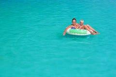 母亲,小儿子游泳和在海滩俱乐部水池放松 库存图片