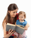 母亲读与她的女儿的一本书 免版税库存照片