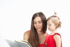 母亲读与她的女儿的一本书 免版税图库摄影