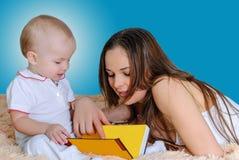 母亲读书催眠故事 免版税库存照片