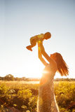 母亲以她的儿童作为休息 免版税库存图片