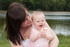 母亲婴孩和花 免版税图库摄影