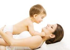 母亲婴孩爱,有孩子男孩的愉快的妈妈 孩子和家庭 库存图片