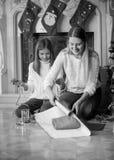 年轻母亲黑白画象有女儿包裹的 库存照片