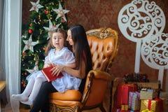 母亲读童话给小女儿 免版税库存照片