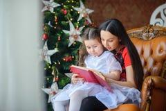 母亲读童话给小女儿 图库摄影