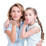 母亲画象和女儿送亲吻 库存照片