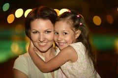 母亲画象有女儿的 免版税库存照片