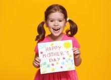 母亲` s天的概念 有postc的快乐的笑的儿童女孩 免版税库存图片