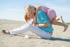 母亲doughter戏剧海滩 免版税库存图片