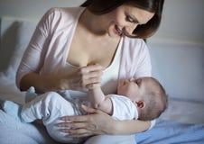 母性是最美好的事在世界上 免版税库存图片