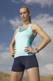 母慢跑者用在臀部的手 免版税库存照片