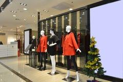 母时装模特在时尚商店大厅里 免版税库存照片