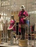 母时装模特在时装商店窗口里 免版税库存图片