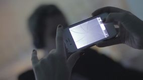 母爱好者在夜总会拍演奏集合的dj的照片 股票录像