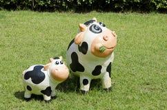母牛和小牛雕象 免版税库存图片