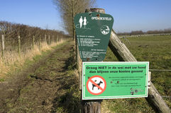 从母牛的荷兰农夫恐惧传染通过狗poo 库存图片