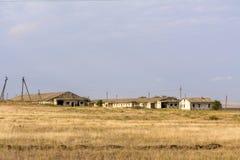 母牛的被毁坏的农场 放弃由人 被放弃的被毁坏的房子 被放弃的村庄在克里米亚 库存照片