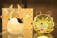 母牛老虎动物玻璃模型 免版税库存照片