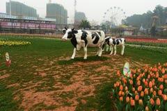 母牛雕塑在植物园里 图库摄影
