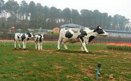 母牛雕塑在植物园里 免版税库存照片