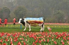 母牛雕塑在植物园里 库存图片
