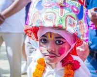 母牛GaijatraThe节日的年轻男孩  库存图片