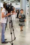 母电视播报员在工作 免版税库存照片
