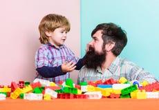 每个爸爸和儿子必须一起做 爸爸和孩子建立塑料块 育儿发展和养育 父亲儿子 图库摄影