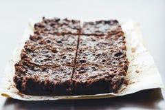 每个片断分别地包装与坚果的巧克力软糖 库存照片