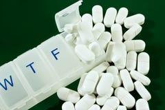 每周分配器的药片 免版税库存图片