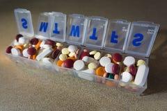 每周药片分配器被填装对容量 免版税库存照片