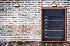 每周黑板日历,黑板办公室餐馆装饰酒吧的家的标志菜单 库存照片