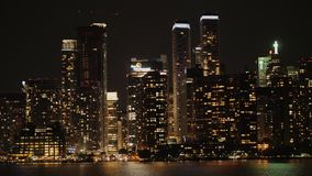 每夜的街市在水中被反射 多伦多,加拿大 股票录像