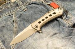 每天佩带的小折刀 有钛把柄的刀子 免版税图库摄影