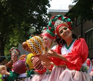 每年夏天狂欢节的游行的诺丁山狂欢节美丽的女孩在伦敦 免版税库存图片