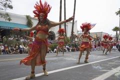 每年夏至庆祝和游行的6月舞蹈演员 库存照片