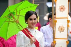 每年花节日游行的一名妇女 库存照片