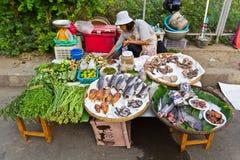 卖新鲜蔬菜-鱼的摊位。 图库摄影