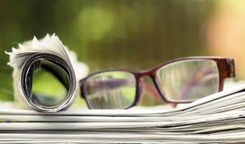 每日新闻,读概念,与与镜片的报纸 免版税库存图片