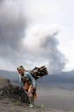 每日生活在火山附近的印度尼西亚 库存照片