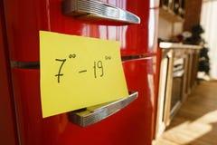 每日饭食 有开放时间笔记的闭合的冰箱 免版税库存照片