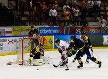 每阿气Skroder,进在冰球比赛的球的MODO尝试在hockeyallsvenskan在SSK和MODO之间 库存图片